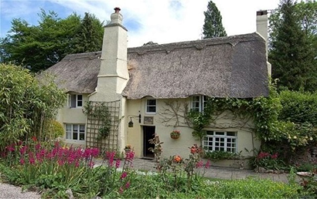 two-story cottage in Devon, England, built in the 1400s